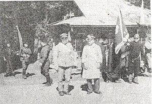 この紹介文の画像 撮影1940年(昭和15) 前の写真同様に、出征する農民のスナップ写真...